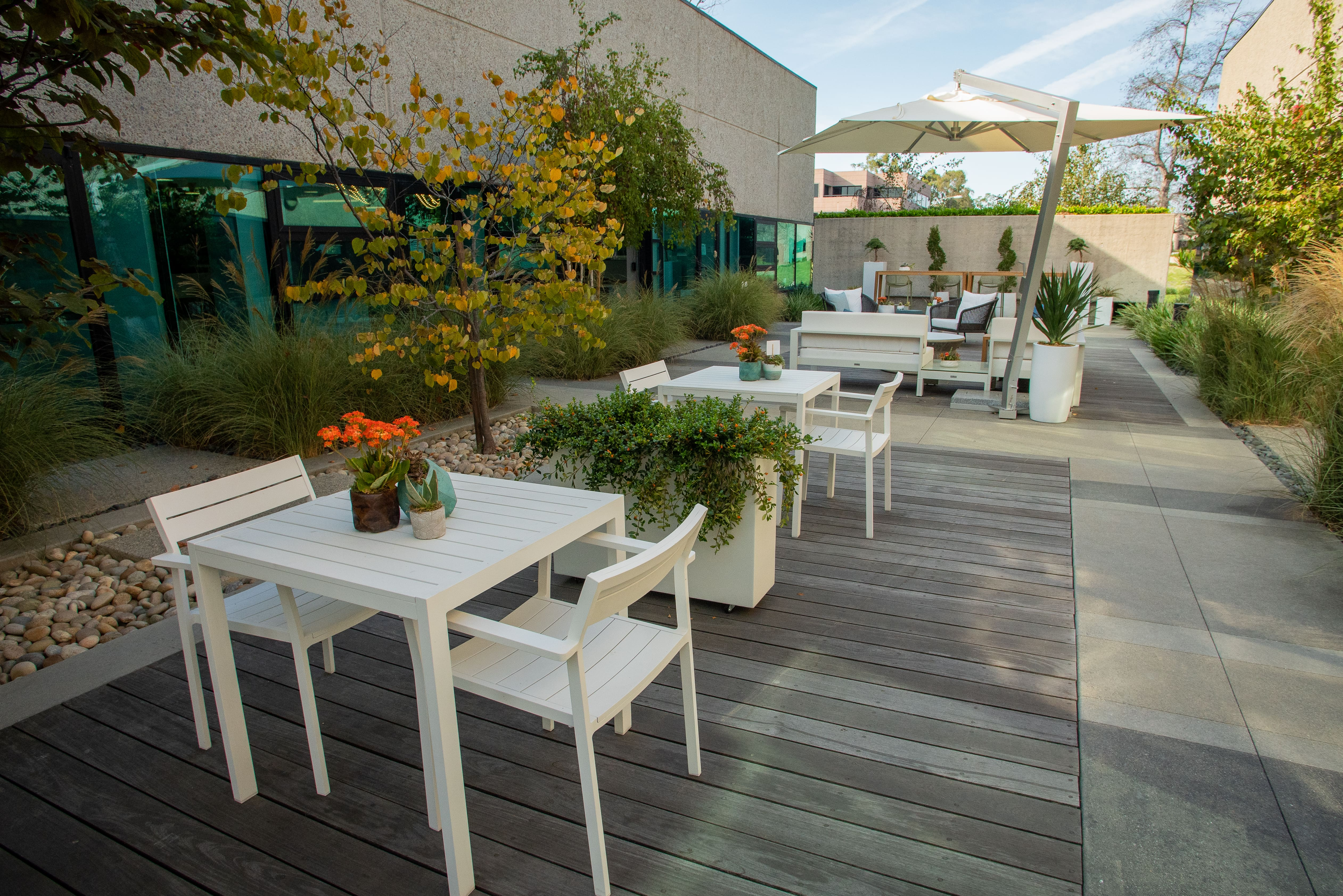 Ahead of workers' return to offices, property managers are already moving dining areas outdoors and spacing out the tables, while a bigger transformation awaits indoor diners. (Cultura)