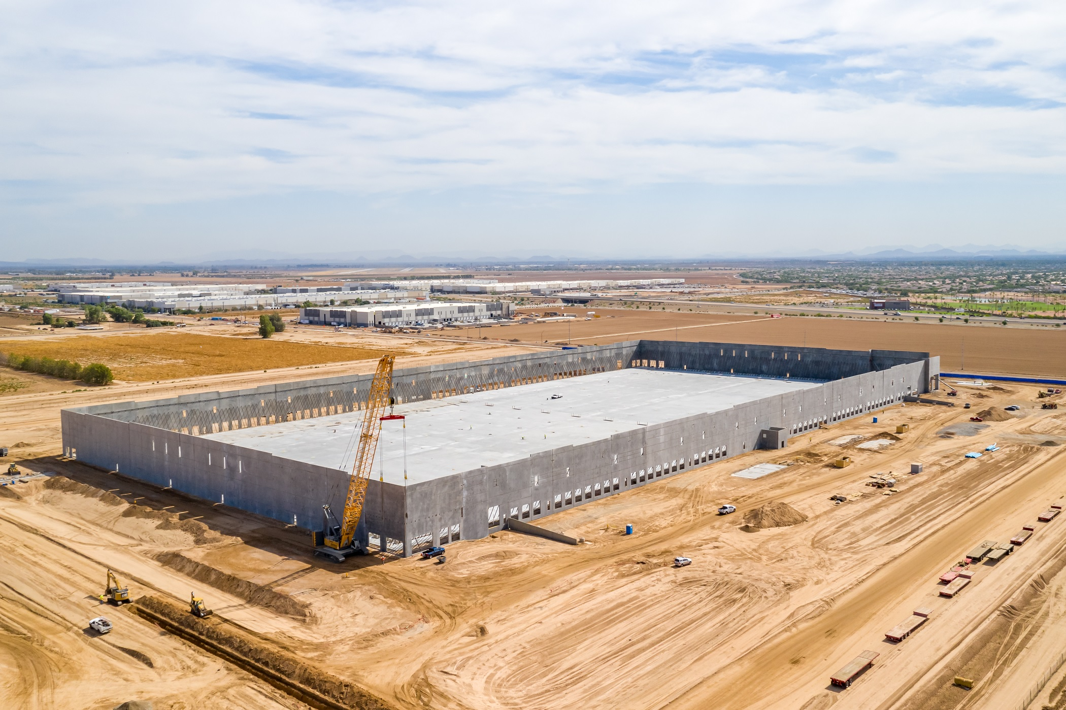 Construction is underway on a 643,000-square-foot distribution building in Goodyear, Arizona. Slated to be completed later this year, the single-tenant building is fully leased. (CoStar)
