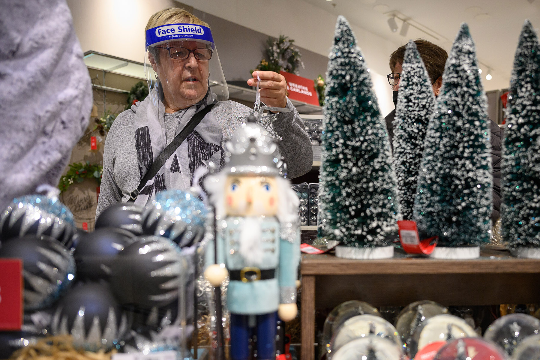 Consumers plan to spend an average of $870 more per person over last year on all holiday-related purchases, according to a new JLL survey. (Getty Images)